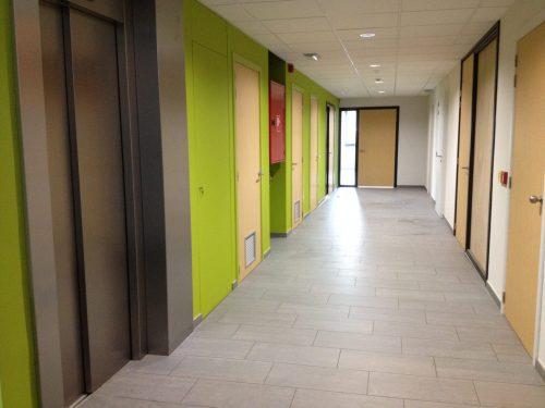 HPL Binnendeuren met meranti blokkozijnen Gang