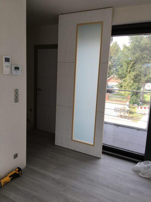 Pivoterende deur met glas