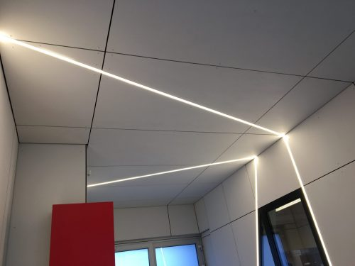 Schuine ledverlichting tussen Eternet plafondbekleding