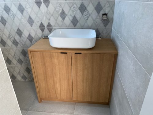 Kleine badkamerkast met lavabo