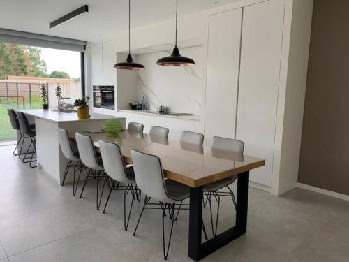 mdf gelakt keuken met eiken tafel dekton werkblad en wand
